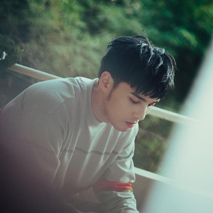 黃偉晉回歸歌手身分第二彈深情單曲《我還是一個人》發表